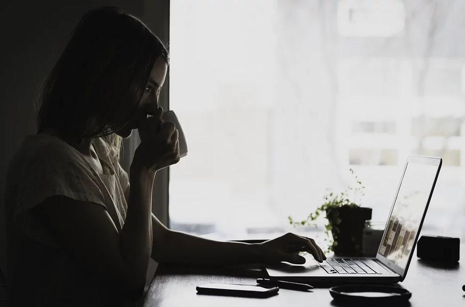 Kvinde med computer