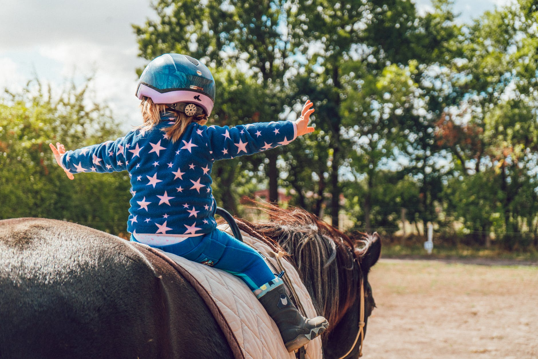 Lille pige ridder på hest