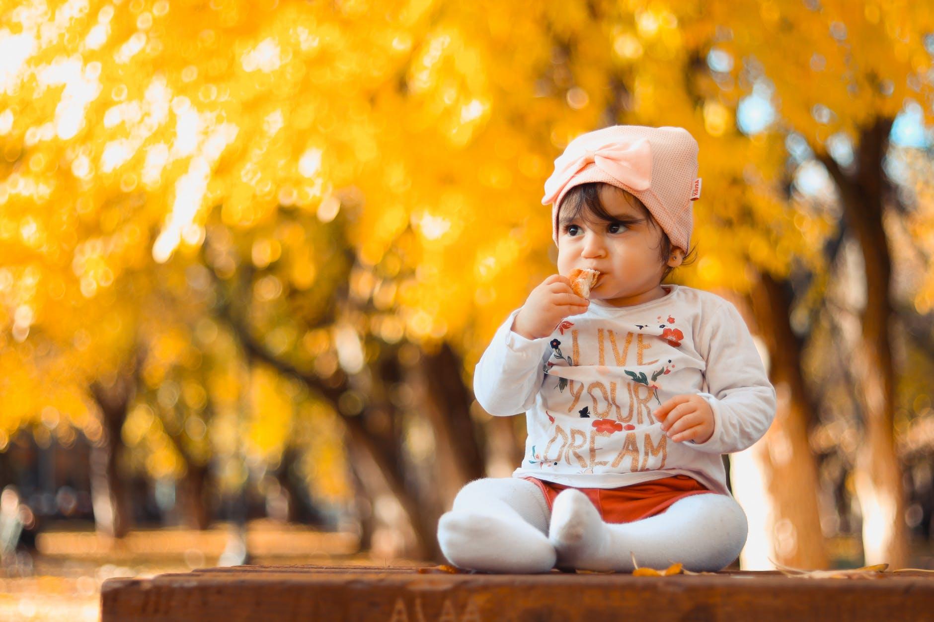 Baby pige udendørs
